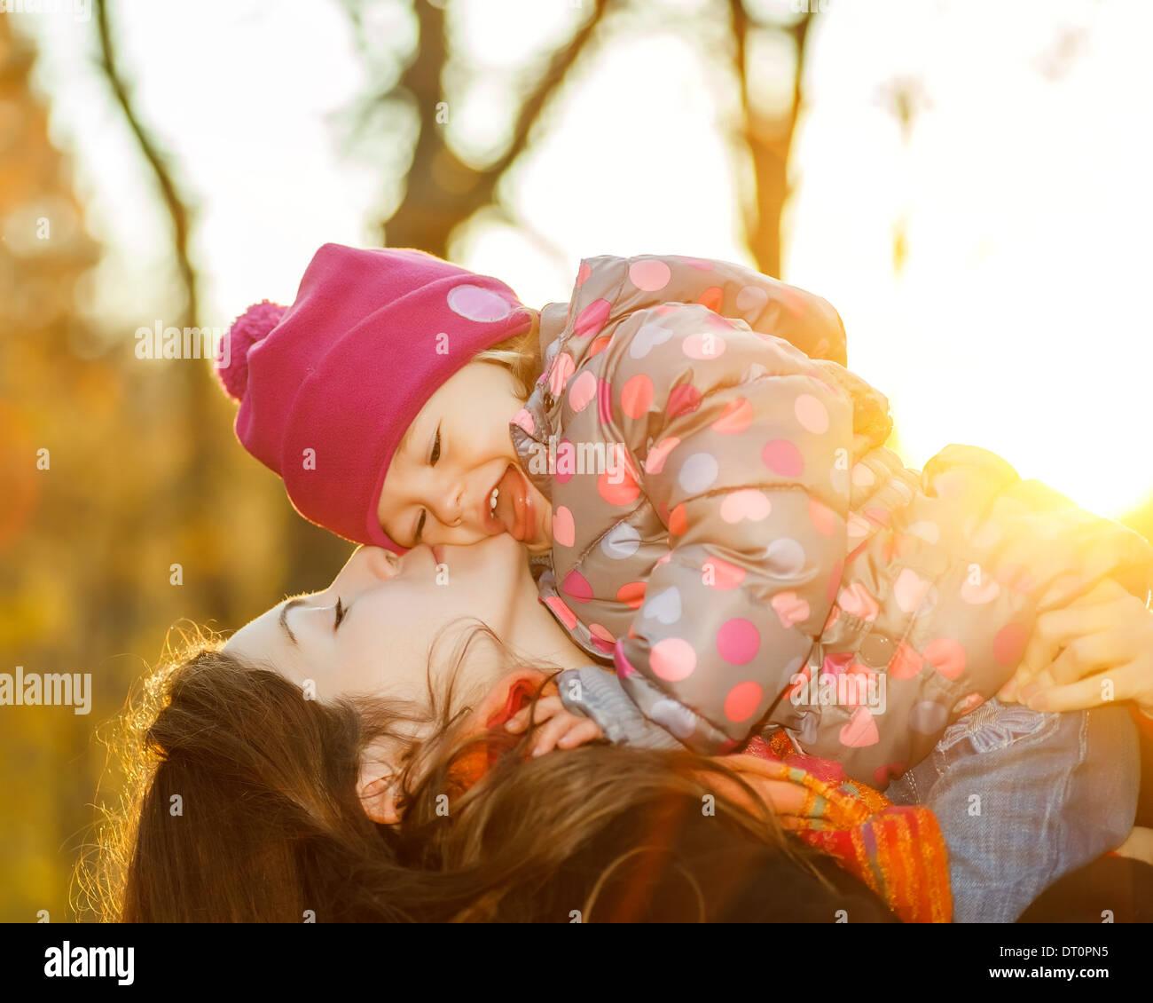 Madre e hija en el parque Foto de stock