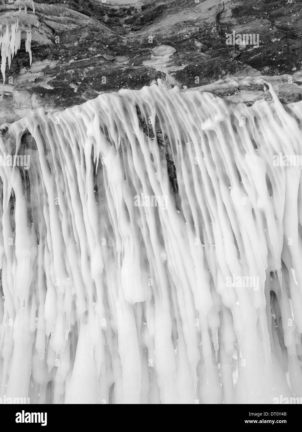 Fotografía en blanco y negro, detalle del Apóstol de la isla, cuevas de hielo Makwike Bay, cerca de Bayfield, Wisconsin, en un frío de febrero d Foto de stock