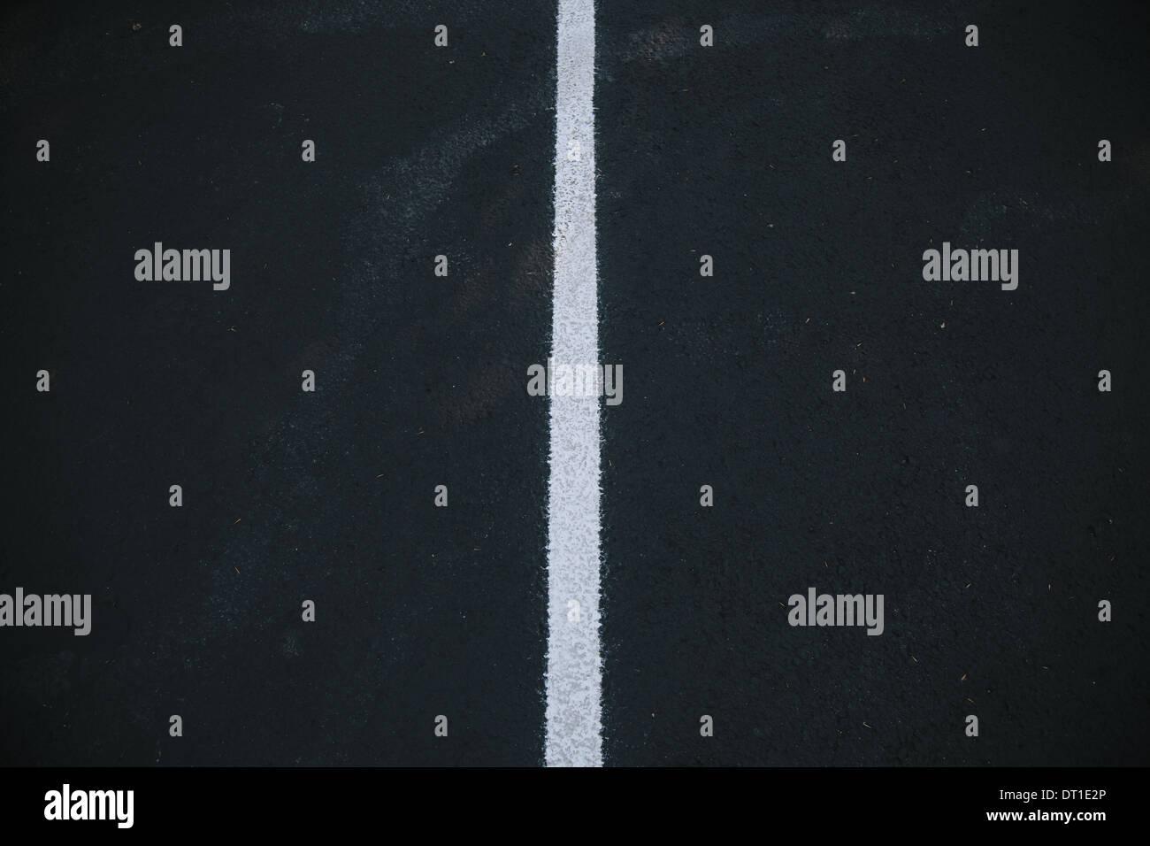 El estado de Washington, EE.UU. línea central blanco sobre superficie de asfalto negro Imagen De Stock