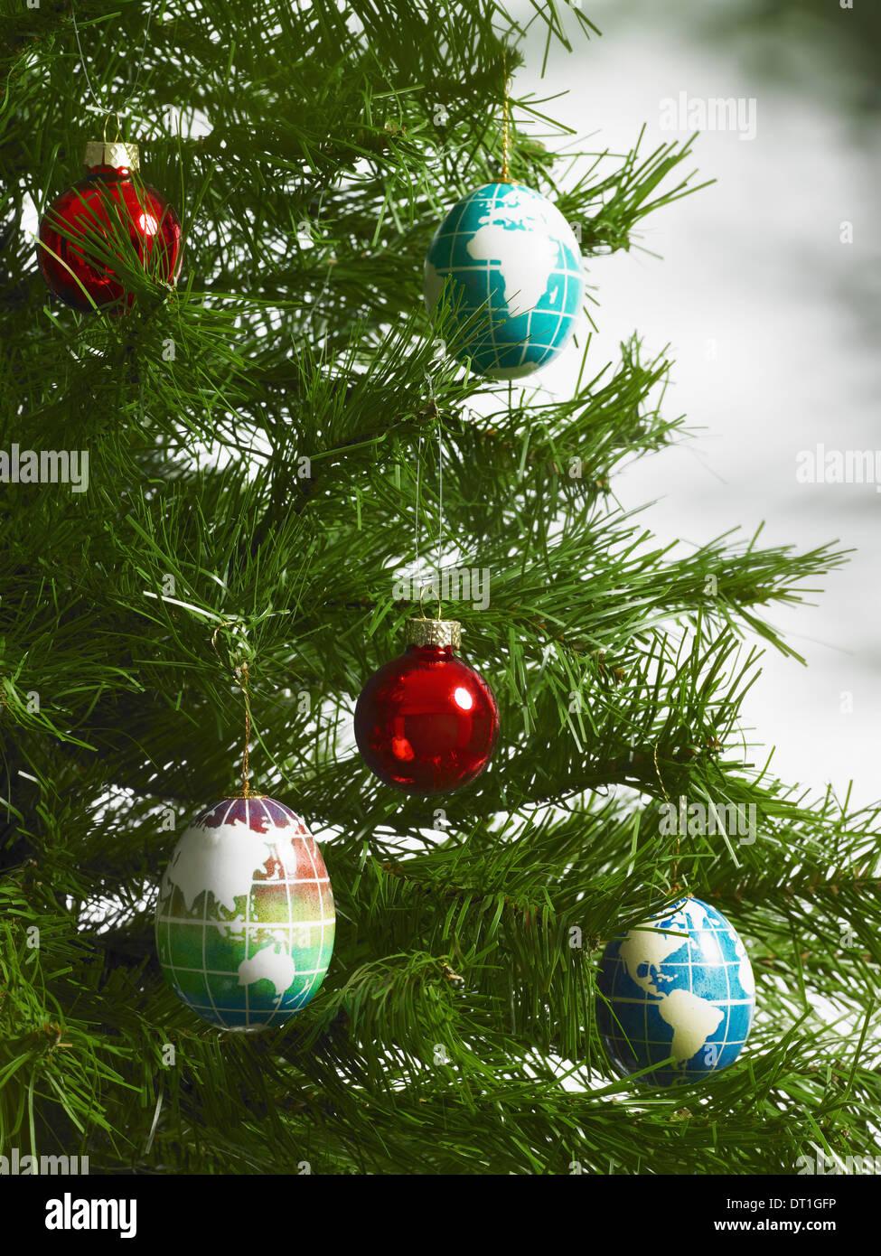 Still life decoraciones de Navidad un pequeño grupo de rojo y azul ornamentos para el árbol de formas oblongo con continentes descritos Imagen De Stock