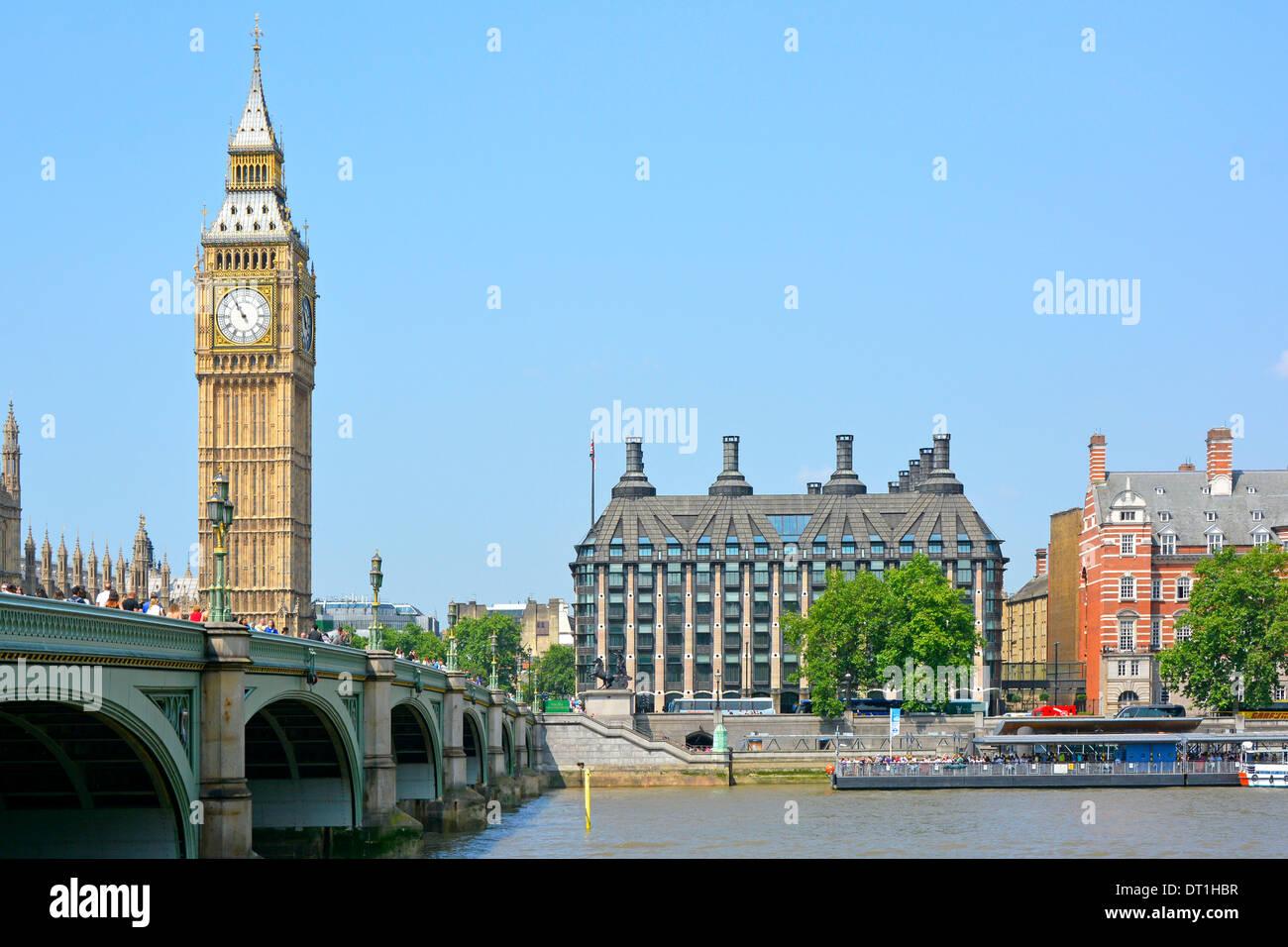 Portcullis House junto al río Támesis incluye Westminster Pier y el puente con el Big Ben Foto de stock