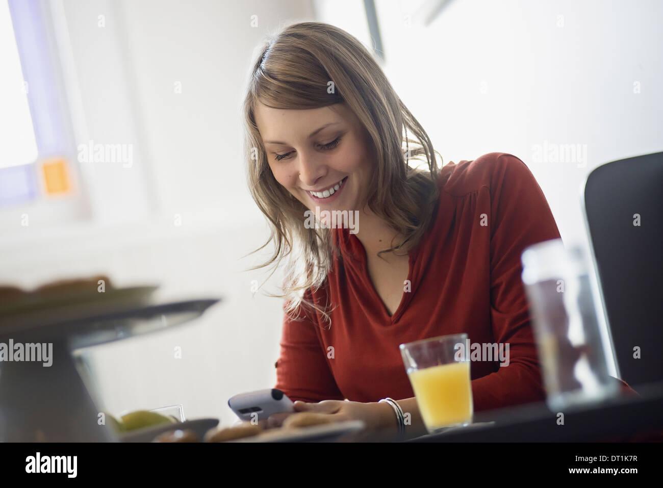 Una persona sentada en una mesa en una cafetería Imagen De Stock