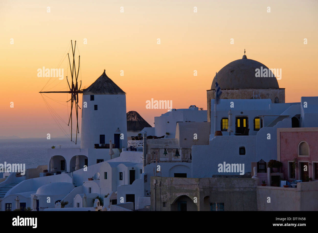 Las históricas casas encaladas de molinos de viento y la iglesia abovedada de Oia en Santorini Island Imagen De Stock