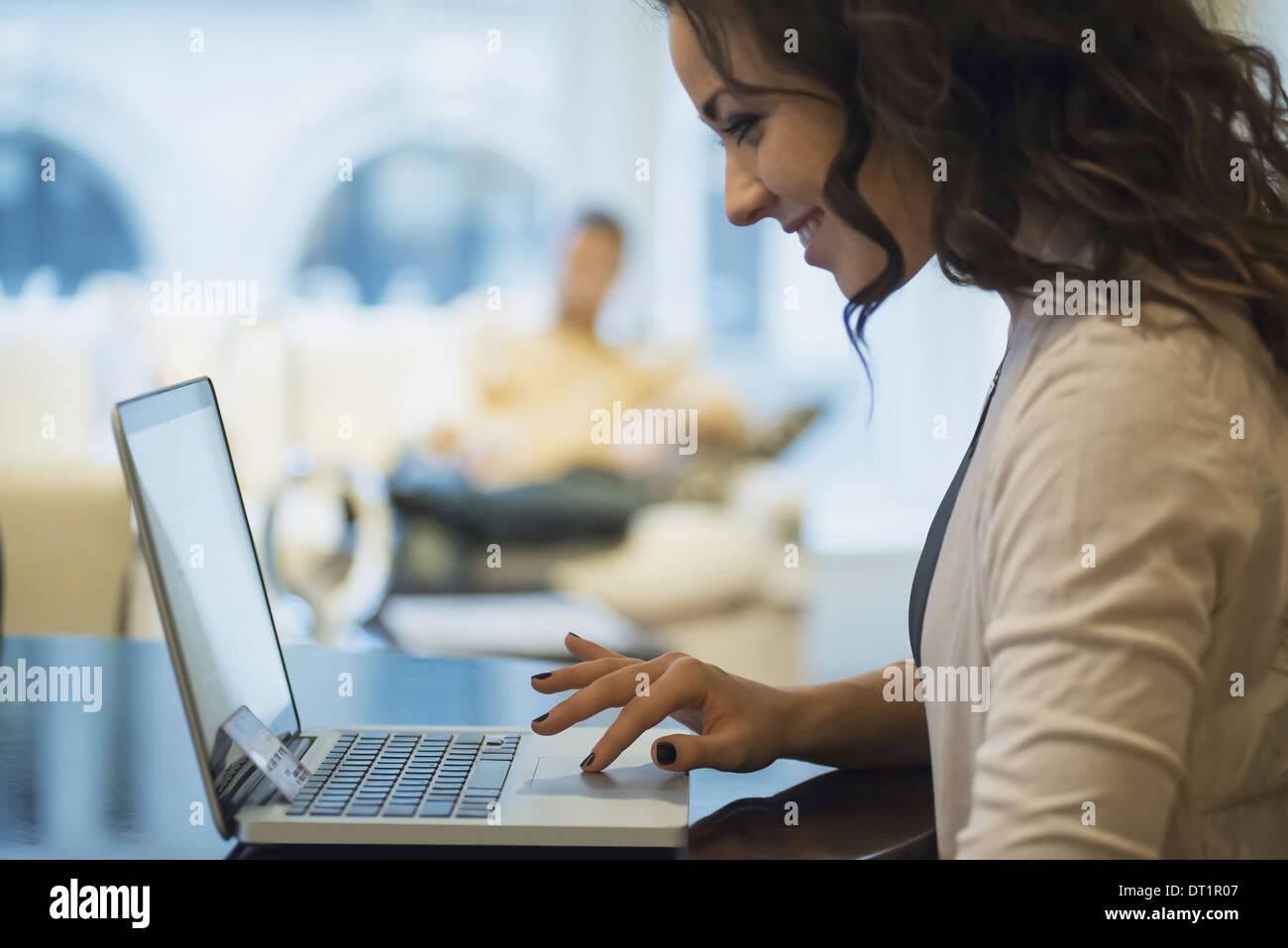 Mujer de compras on-line en portátil Imagen De Stock