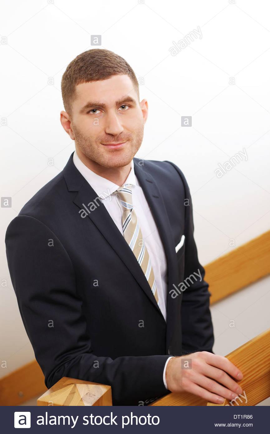Asesor de Inversiones o ejecutivo bancario, retrato en barandilla de madera Foto de stock