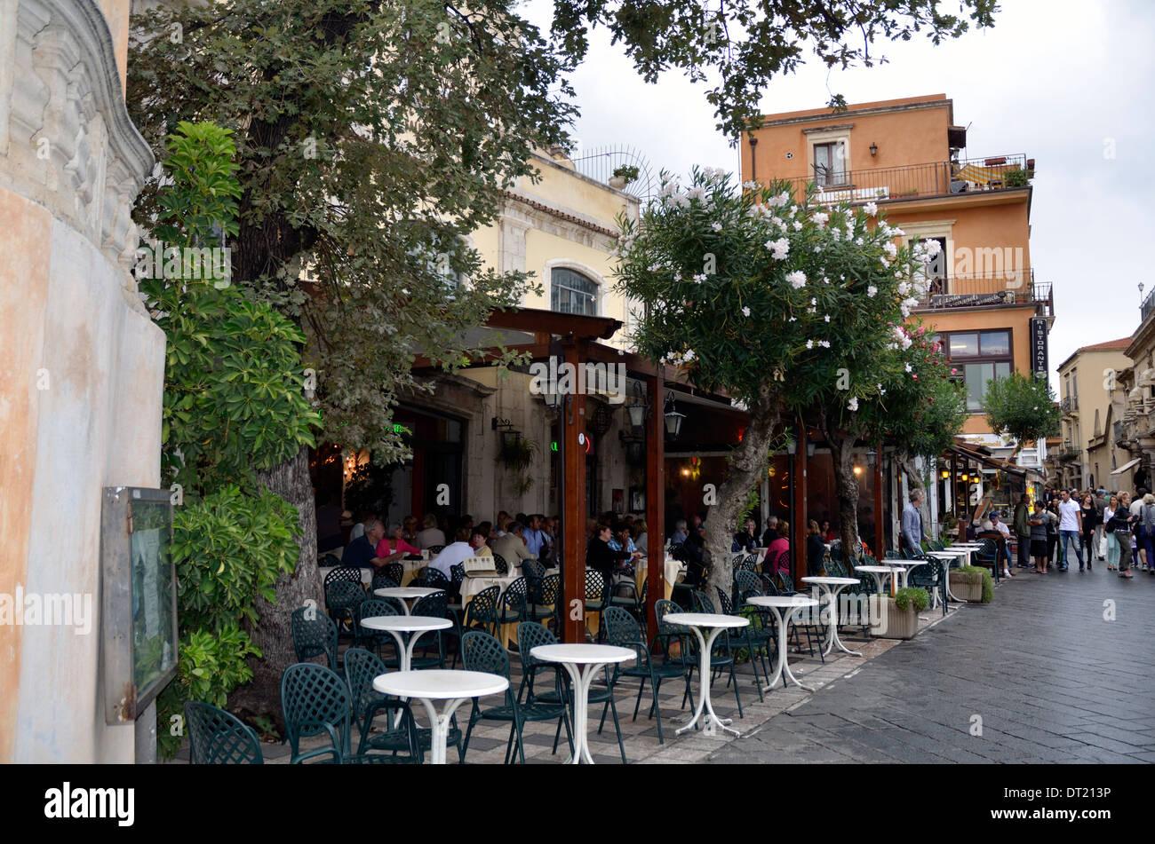 Restaurante, Corsa Umberto I, la calle principal de Taormina, Sicilia, Italia, Europa Imagen De Stock