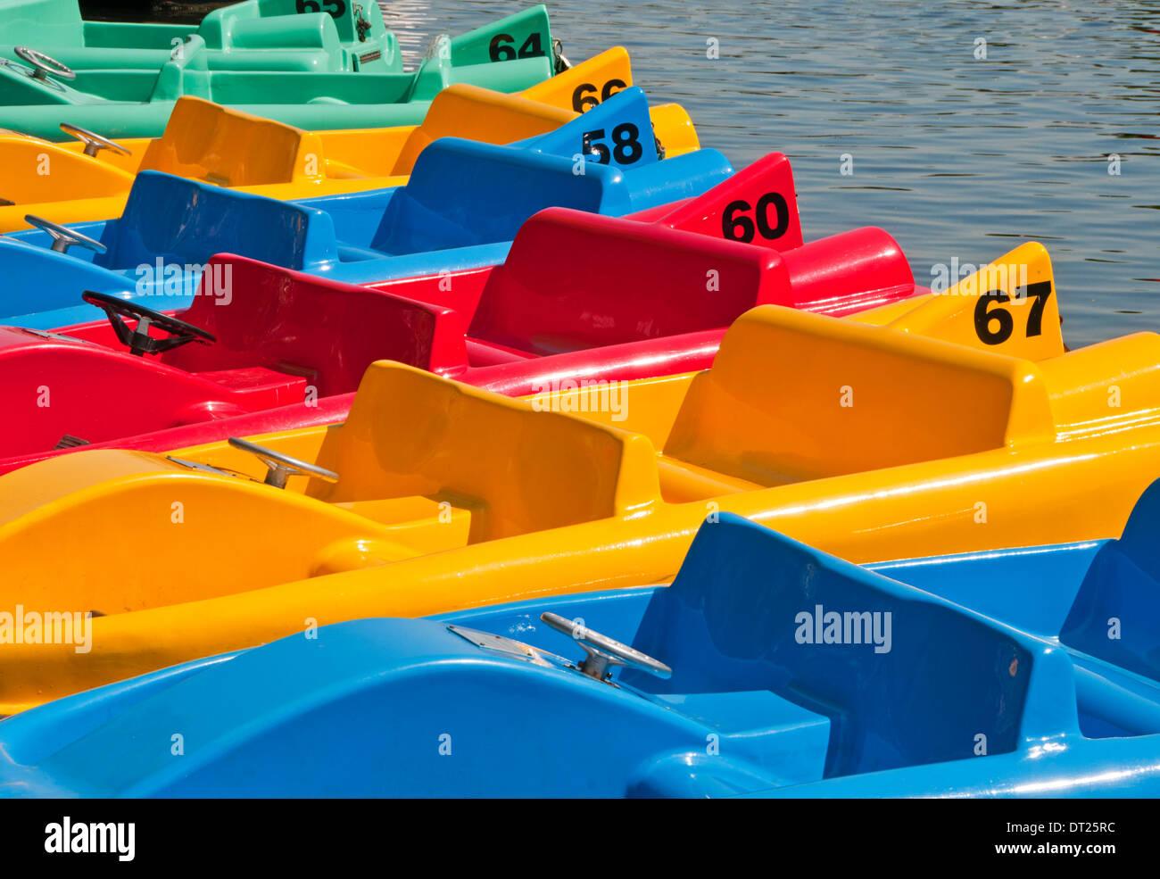 Coloridos barcos de recreo en el río Dee, los olivares, Chester, Cheshire, Inglaterra, Reino Unido. Imagen De Stock