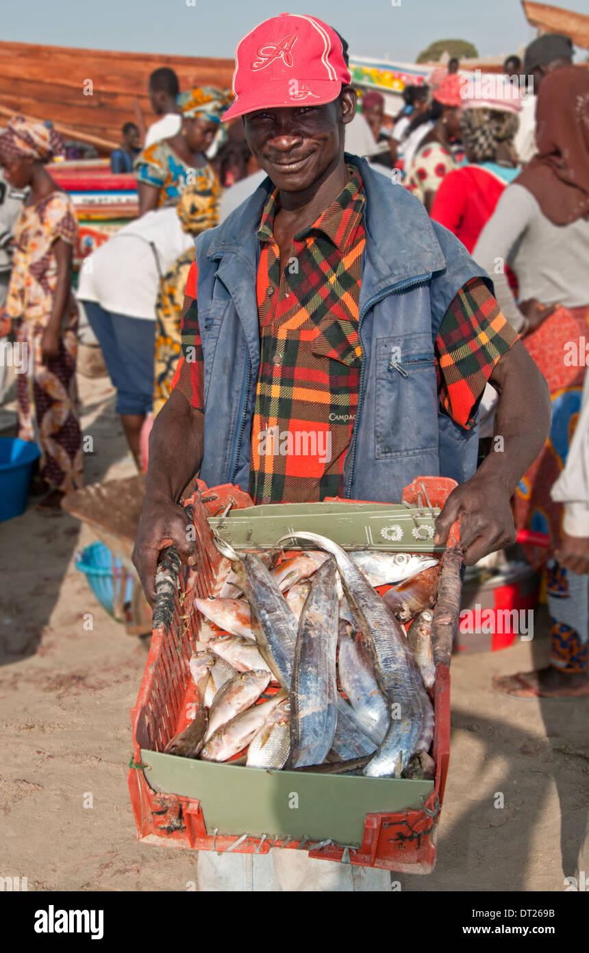 Los pescadores locales mostrando su captura, Tanji aldea pesquera, Gambia, al oeste de África. Imagen De Stock