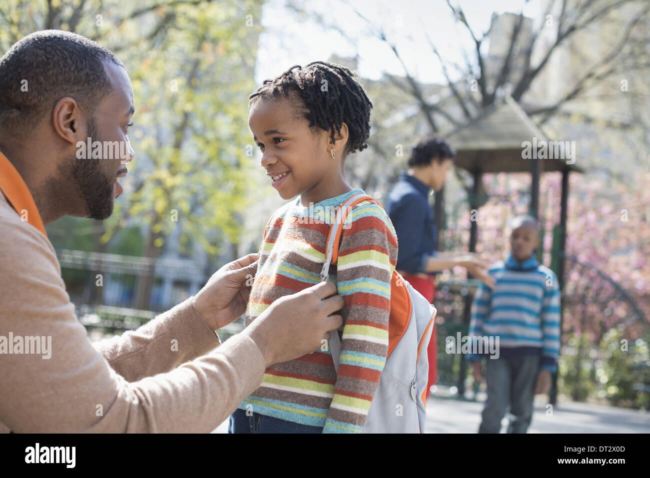 A padres y madres de familia y dos niños pasar tiempo juntos Imagen De Stock