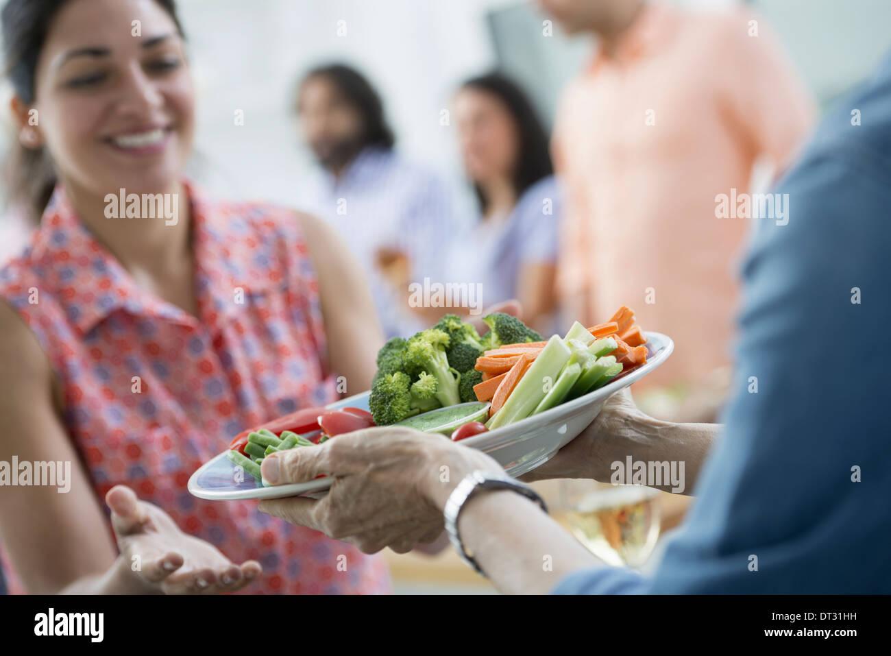 Buffet de ensaladas de diferentes edades y etnias reunidos Imagen De Stock