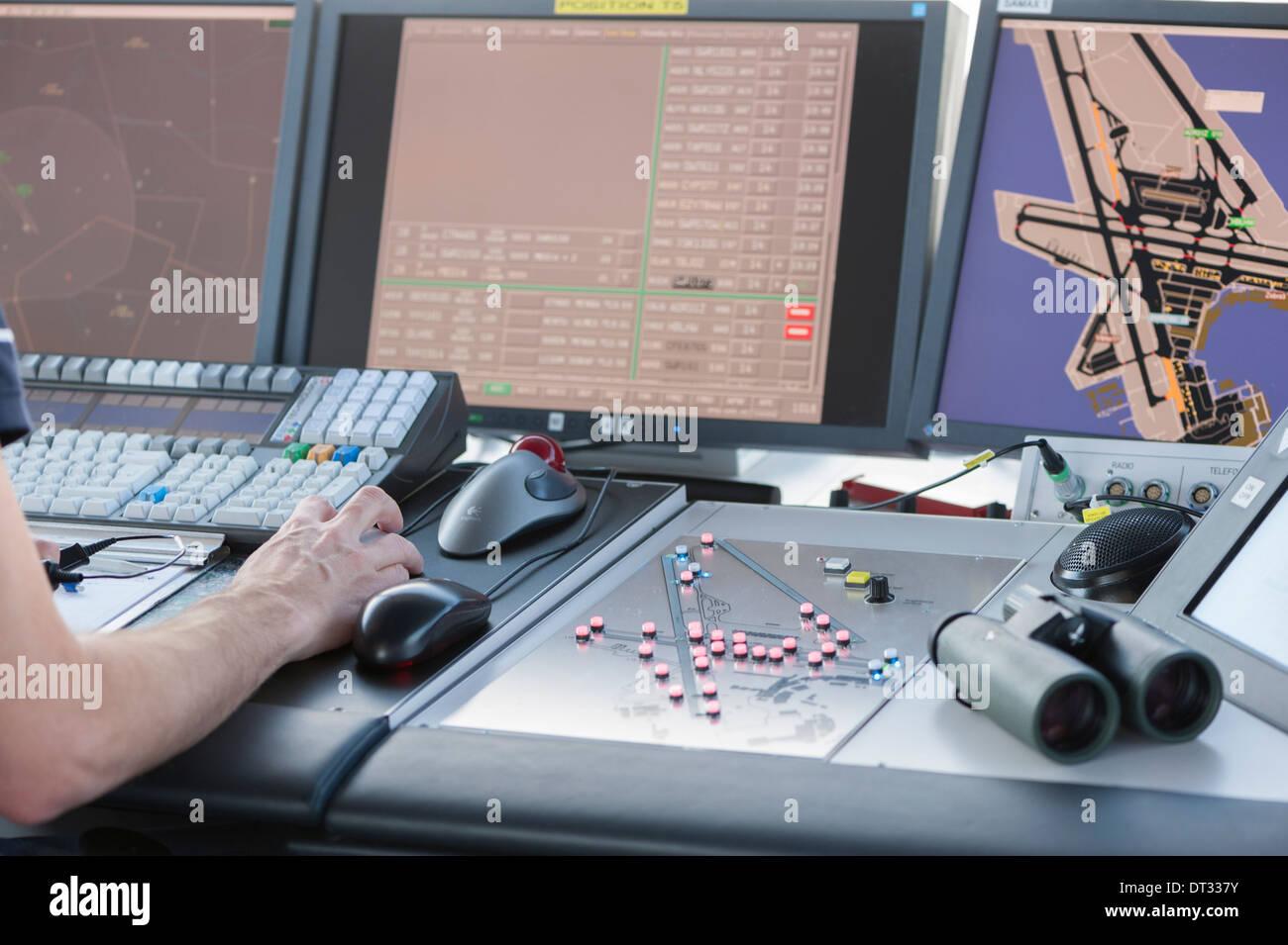 Las pantallas de control en la torre de control del aeropuerto internacional de Zúrich mostrar tres pistas de aterrizaje del aeropuerto y tierra de tráfico. Foto de stock