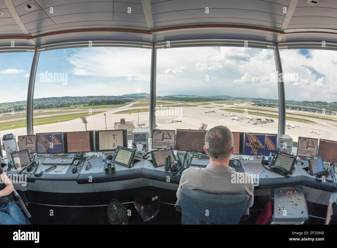 Controladores de tráfico aéreo en la torre de control del aeropuerto internacional de Zúrich Kloten/están supervisando el aeródromo del aeropuerto. Foto de stock