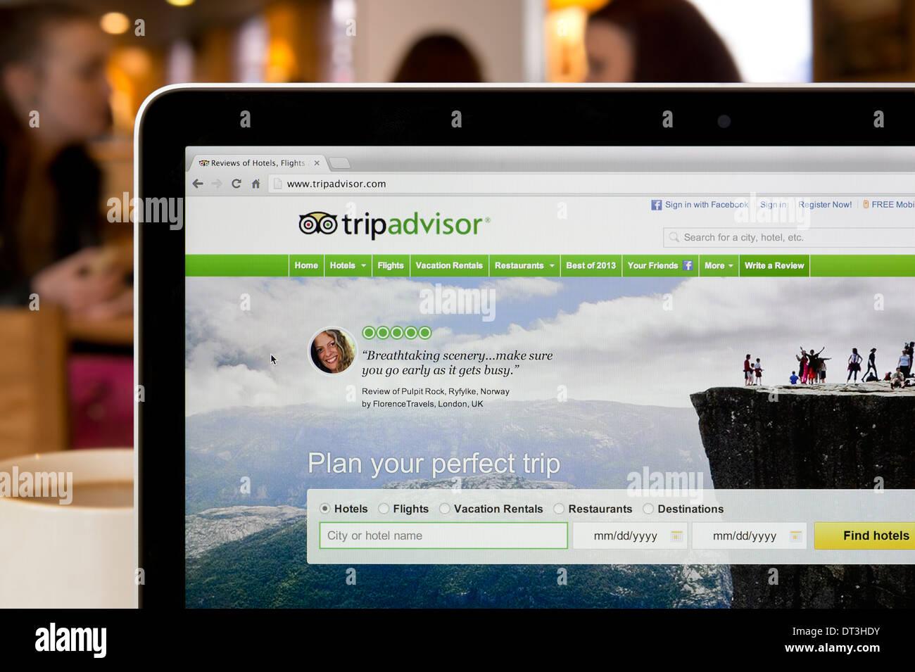 El sitio web de Tripadvisor rodada en un ambiente de cafetería (sólo para uso editorial: -print, televisión, e-book editorial y sitio web). Imagen De Stock