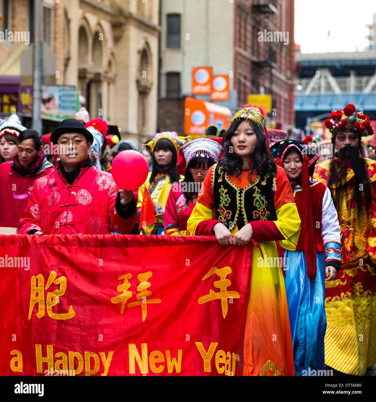 Los estadounidenses chinos vestidos con trajes tradicionales desfile en el Festival de Año Nuevo Lunar en Chinatown. Imagen De Stock