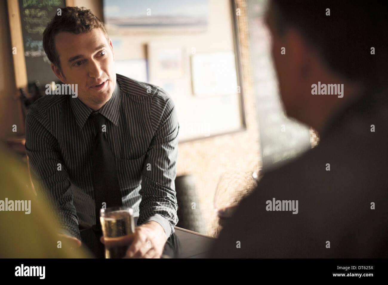 Los compañeros de negocio disfrutando de un trago en un bar de vinos Imagen De Stock
