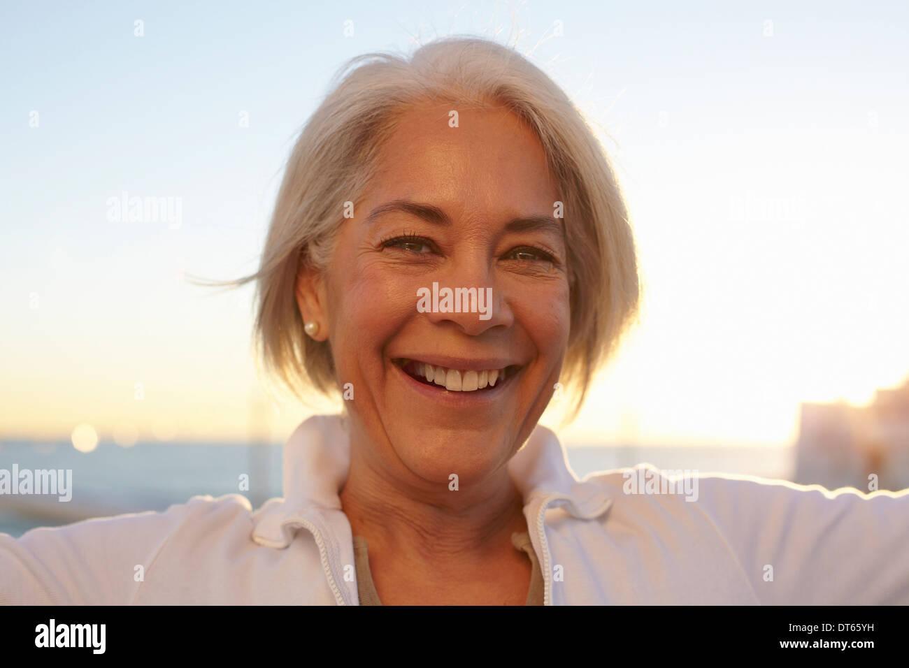 Close Up retrato de mujer madura de pelo plateado Imagen De Stock
