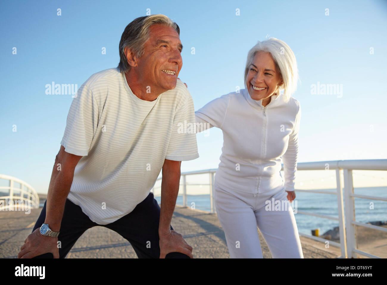 Pareja realizando ejercicios en cuclillas Imagen De Stock