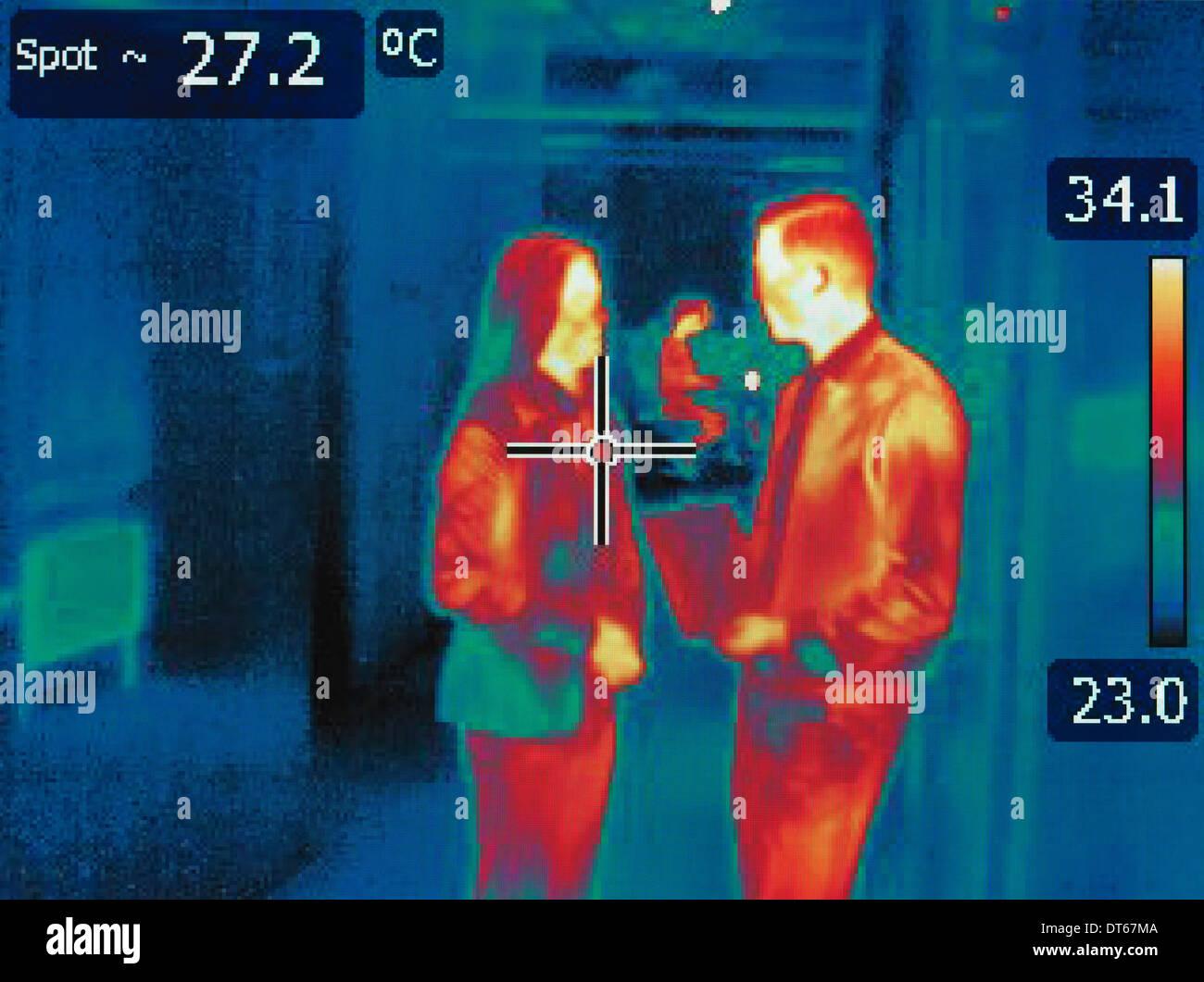 Imagen térmica infrarroja en la discusión de los empleados de la oficina. Foto de stock