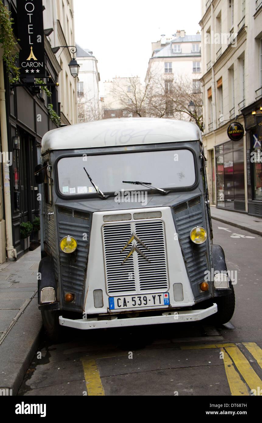 Citroën H camioneta estacionada en las calles de París, Francia. Foto de stock