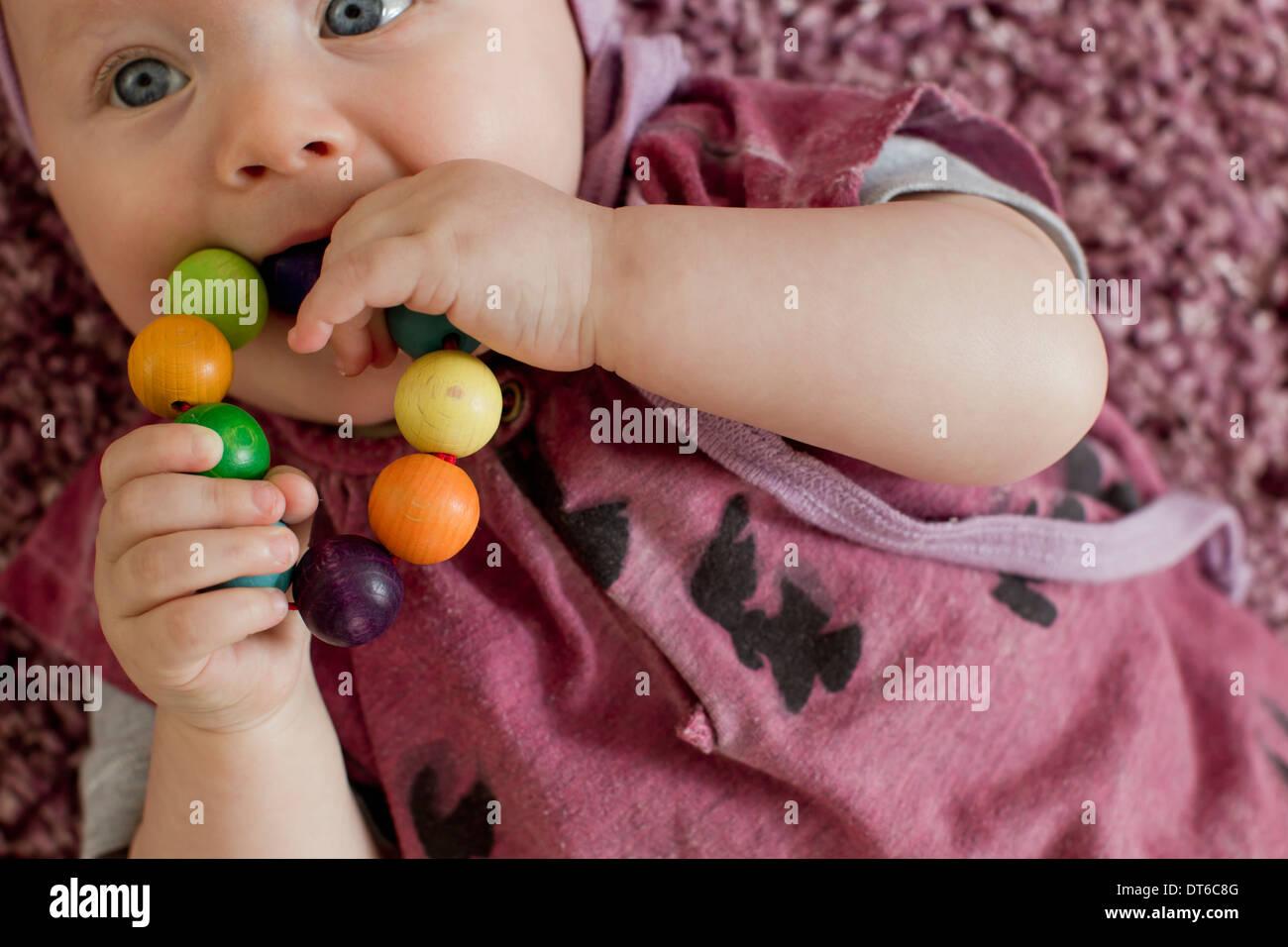 Niña con la dentición juguete Foto de stock