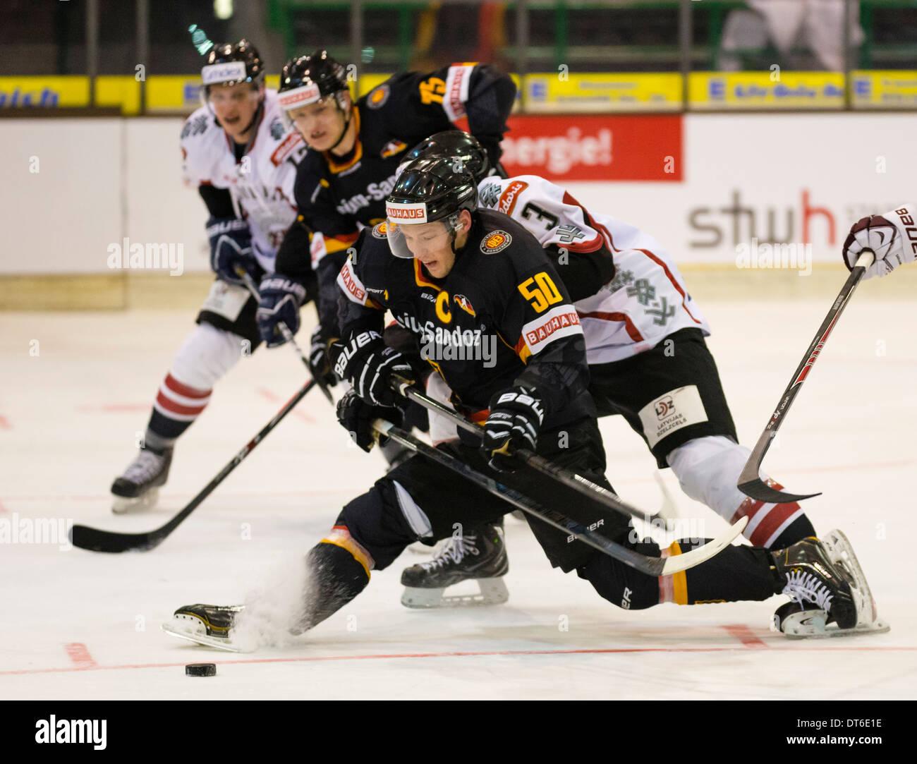 Jugador de hockey sobre hielo internacional alemán Patrick Hager, delante, juega para el equipo nacional alemán contra Letonia. Imagen De Stock