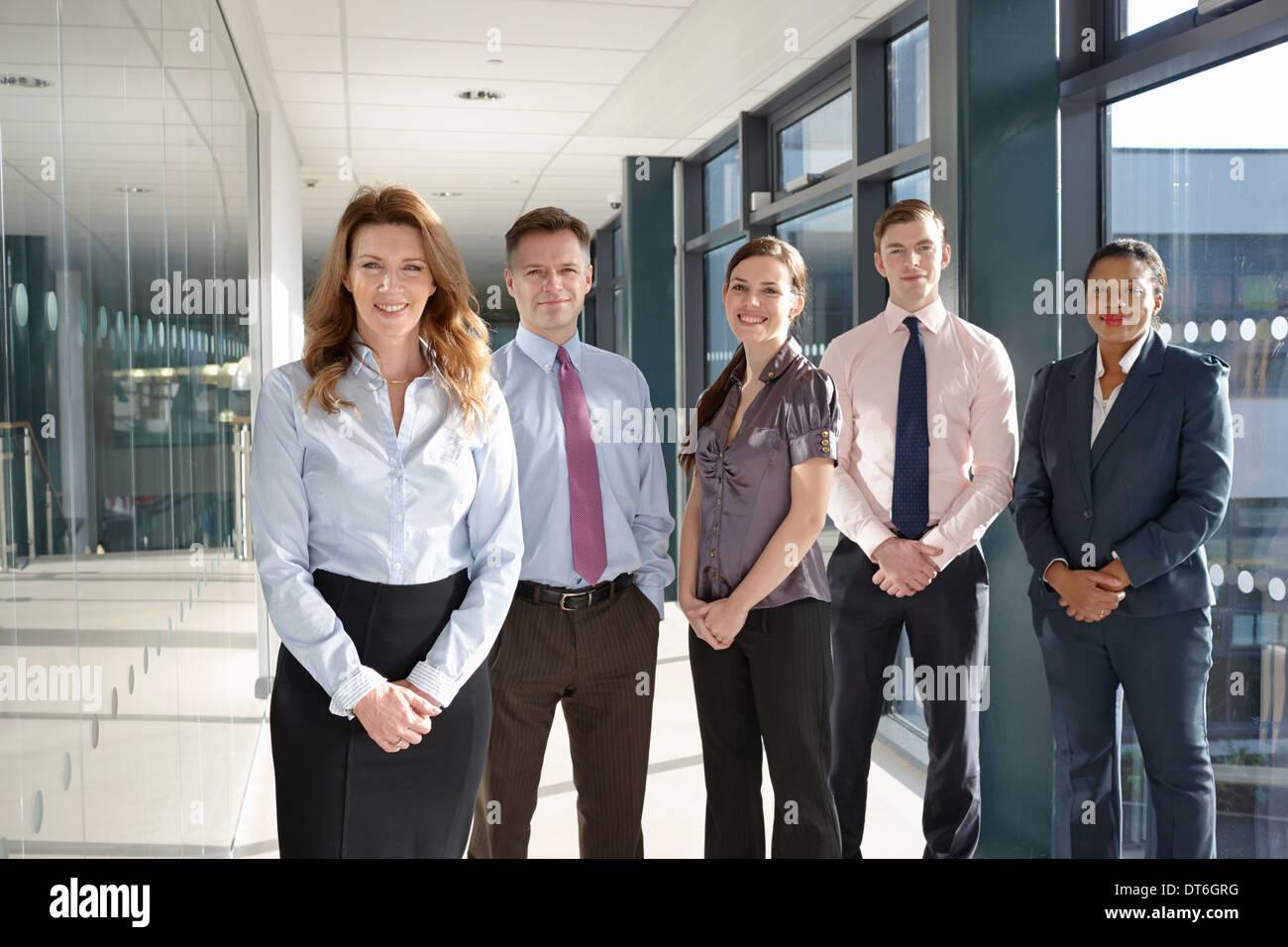 Retrato de colegas de negocios en el corredor Imagen De Stock
