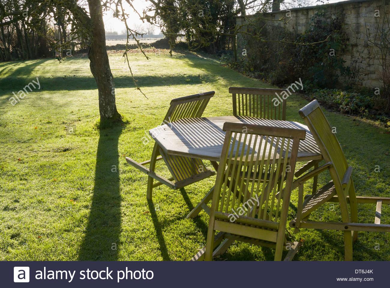 Muebles de jardín escarchado trastocado por el invierno. Jardín ...