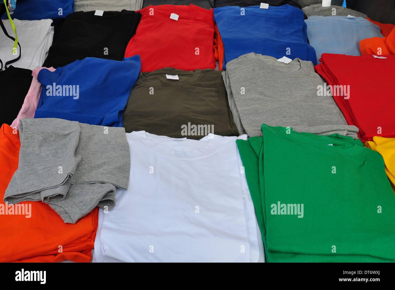 Coloridas camisetas de manga corta de fondo. Casual ropa de verano. Imagen De Stock