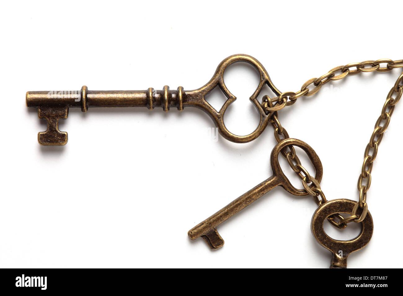 Imagen de las antiguas llaves aislado en blanco Imagen De Stock