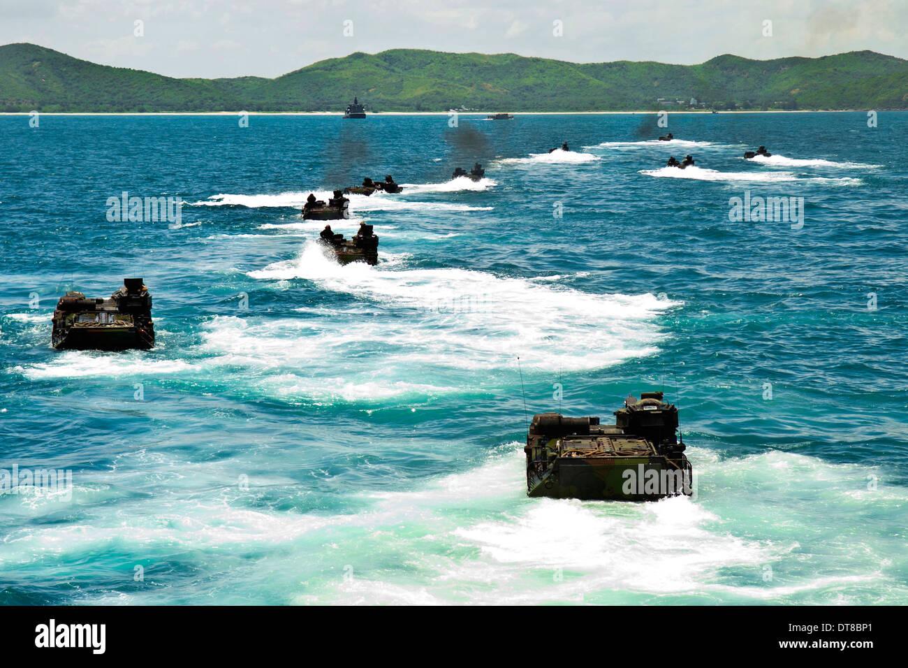 Vehículos de asalto anfibio enfoque playa Hat Yao, Tailandia. Imagen De Stock