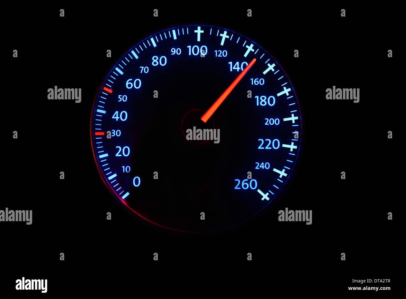 Velocímetro, indicador de velocidad con el vehículo circulando a 140 kmh, graves cruces de 100 kmh en adelante, Foto de stock