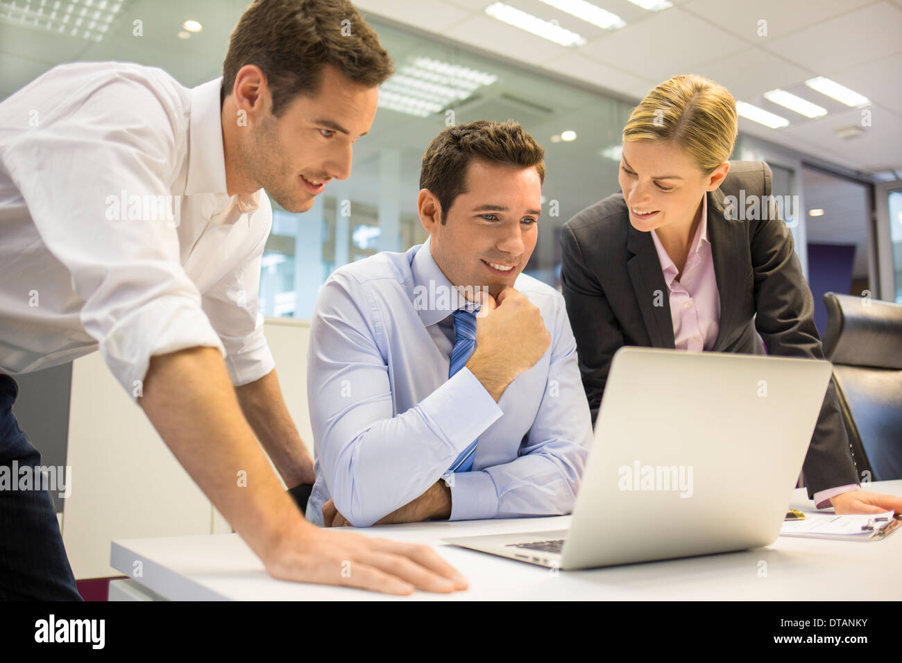 Equipo masculino femenino mesa de trabajo coworking Imagen De Stock