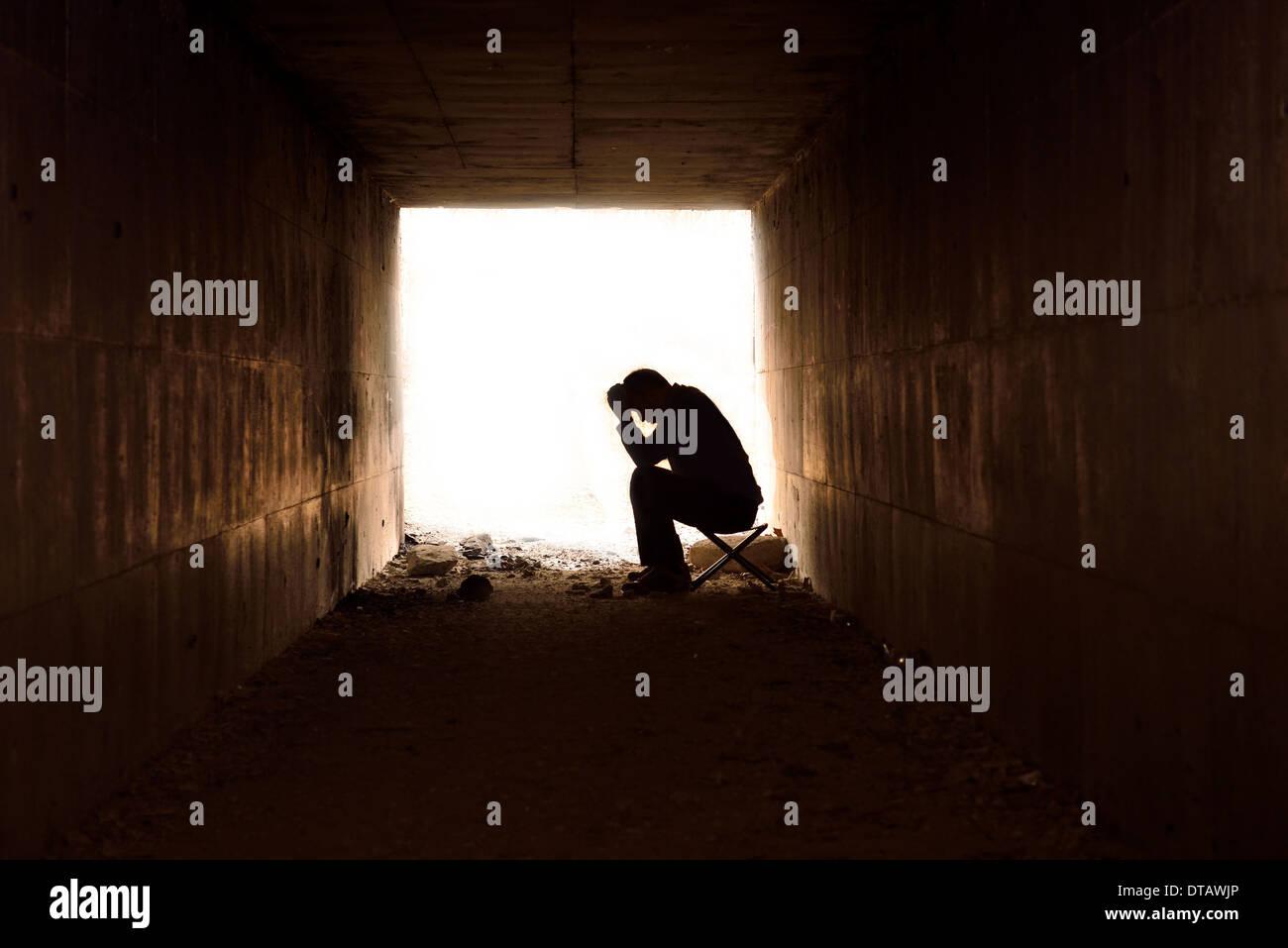 Hombre sentado mirando disgustado Imagen De Stock