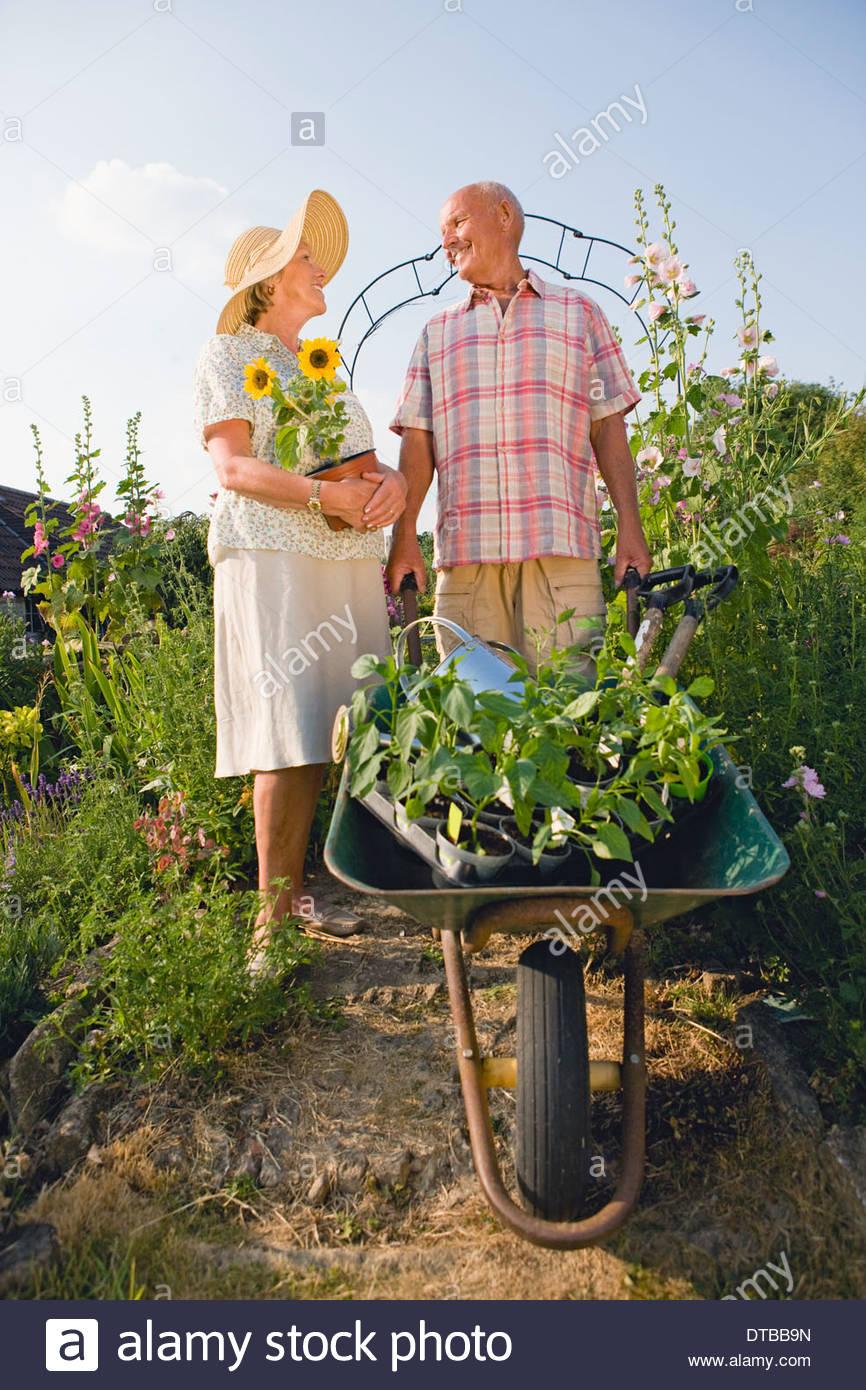 Las parejas ancianas trabajan en hermosa casa jard n de for Casa jardin 8 de octubre