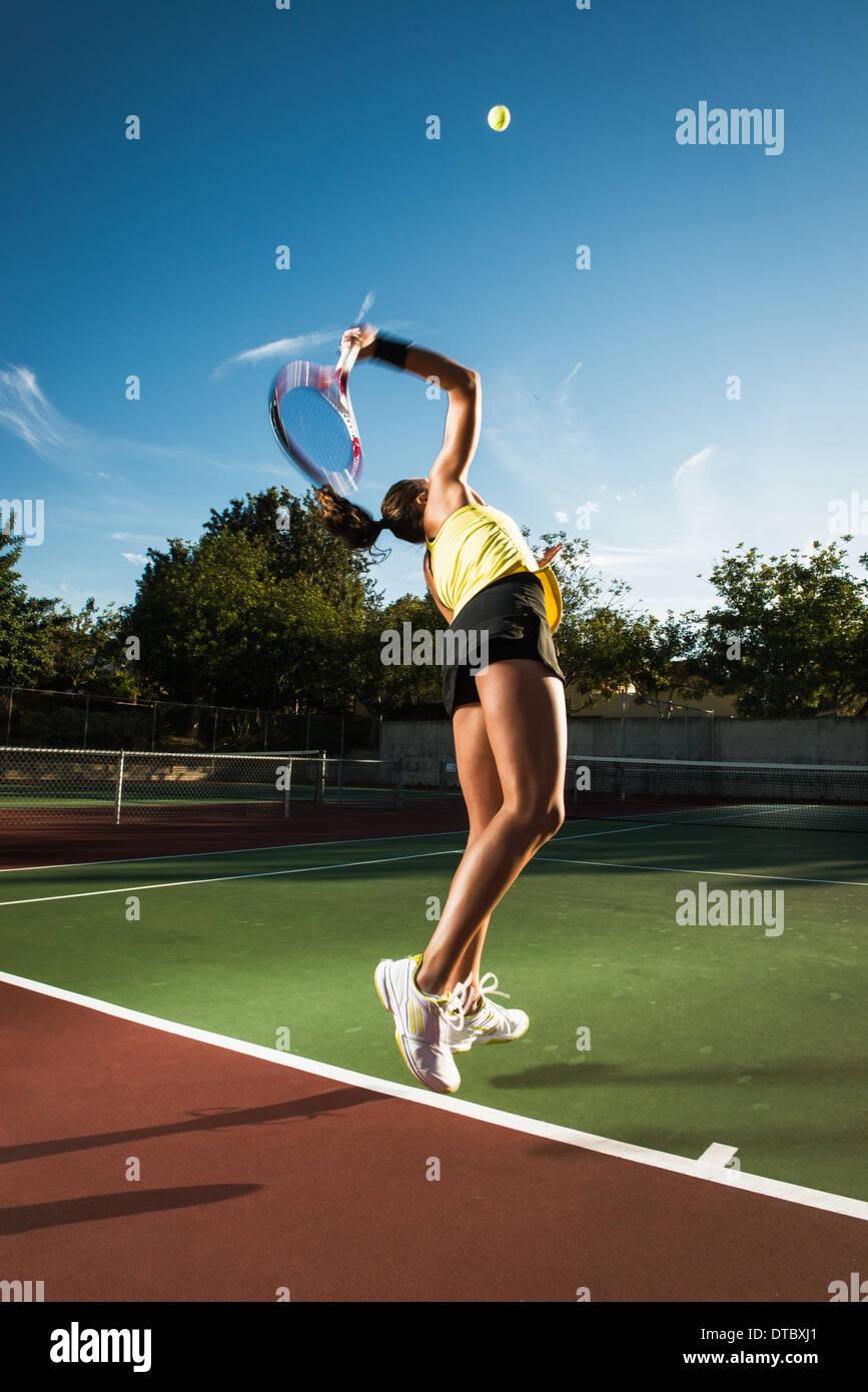 Jugador de tenis femenino golpeando la bola Imagen De Stock