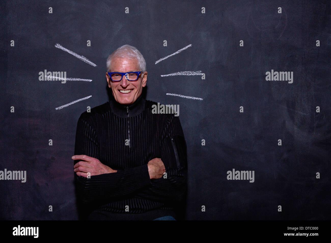 Retrato del hombre delante de senior anotado, líneas en la pizarra Imagen De Stock