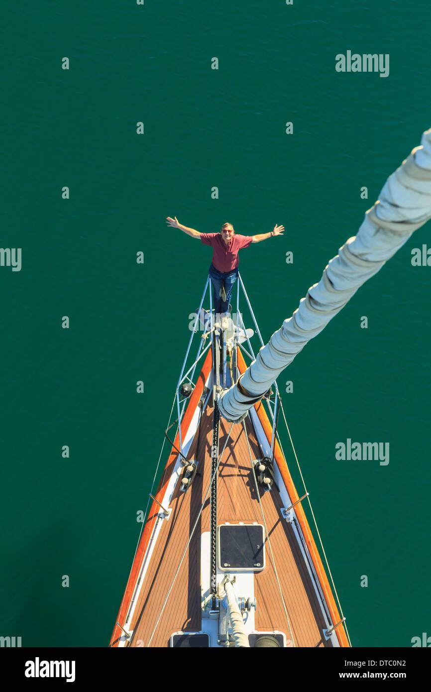 Senior vela hombre visto desde arriba con los brazos extendidos, San Diego, California, EE.UU. Imagen De Stock