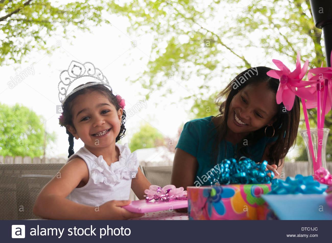 Madre con niña abriendo regalos de cumpleaños Imagen De Stock