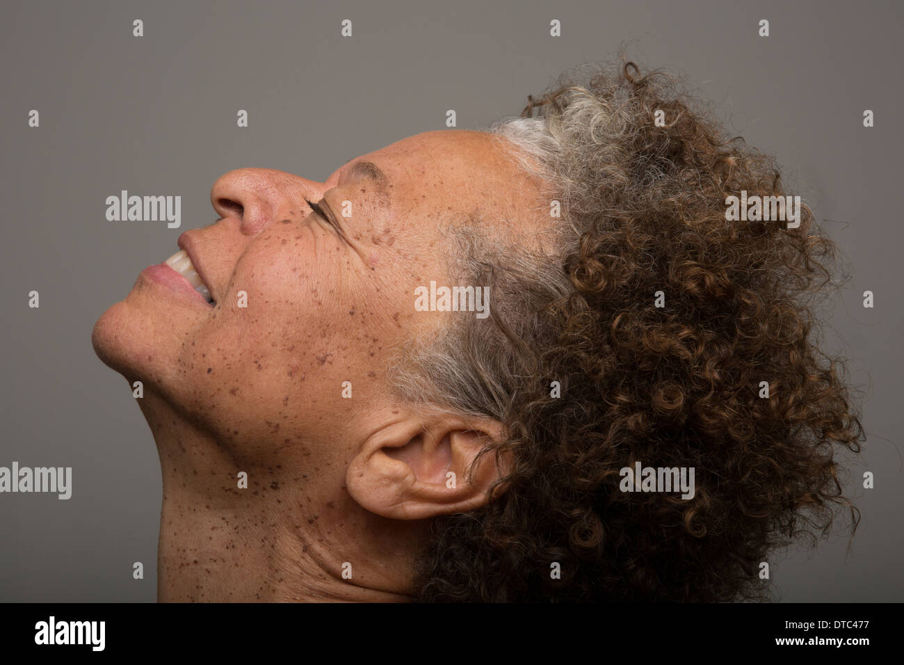 Cerrar studio retrato de mujer mayor con la cabeza hacia atrás y los ojos cerrados Imagen De Stock