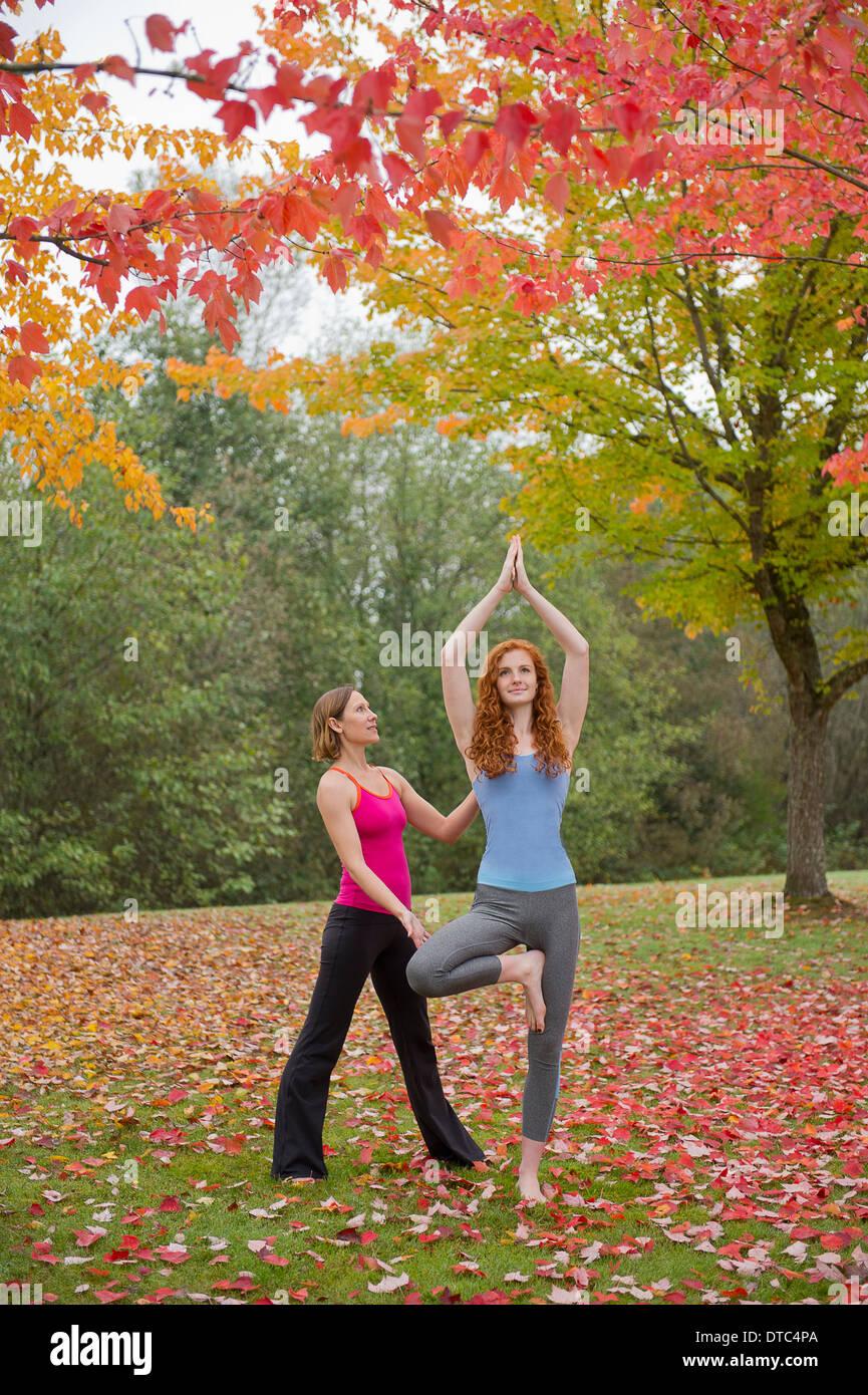 Instructor de Yoga mujer joven en el bosque Imagen De Stock