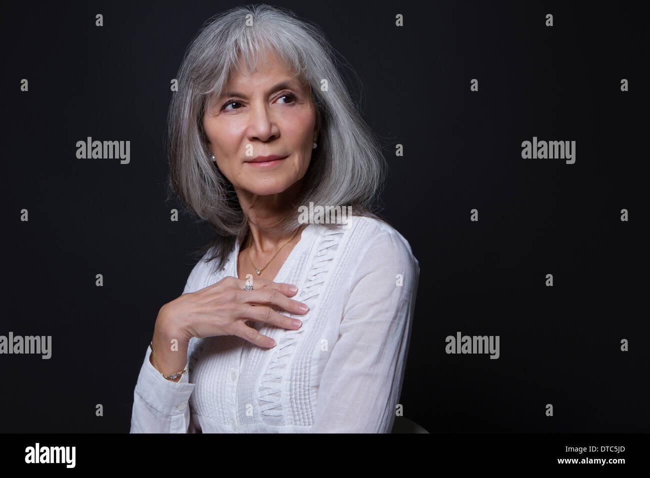 Retrato de estudio de confianza mujer senior Imagen De Stock