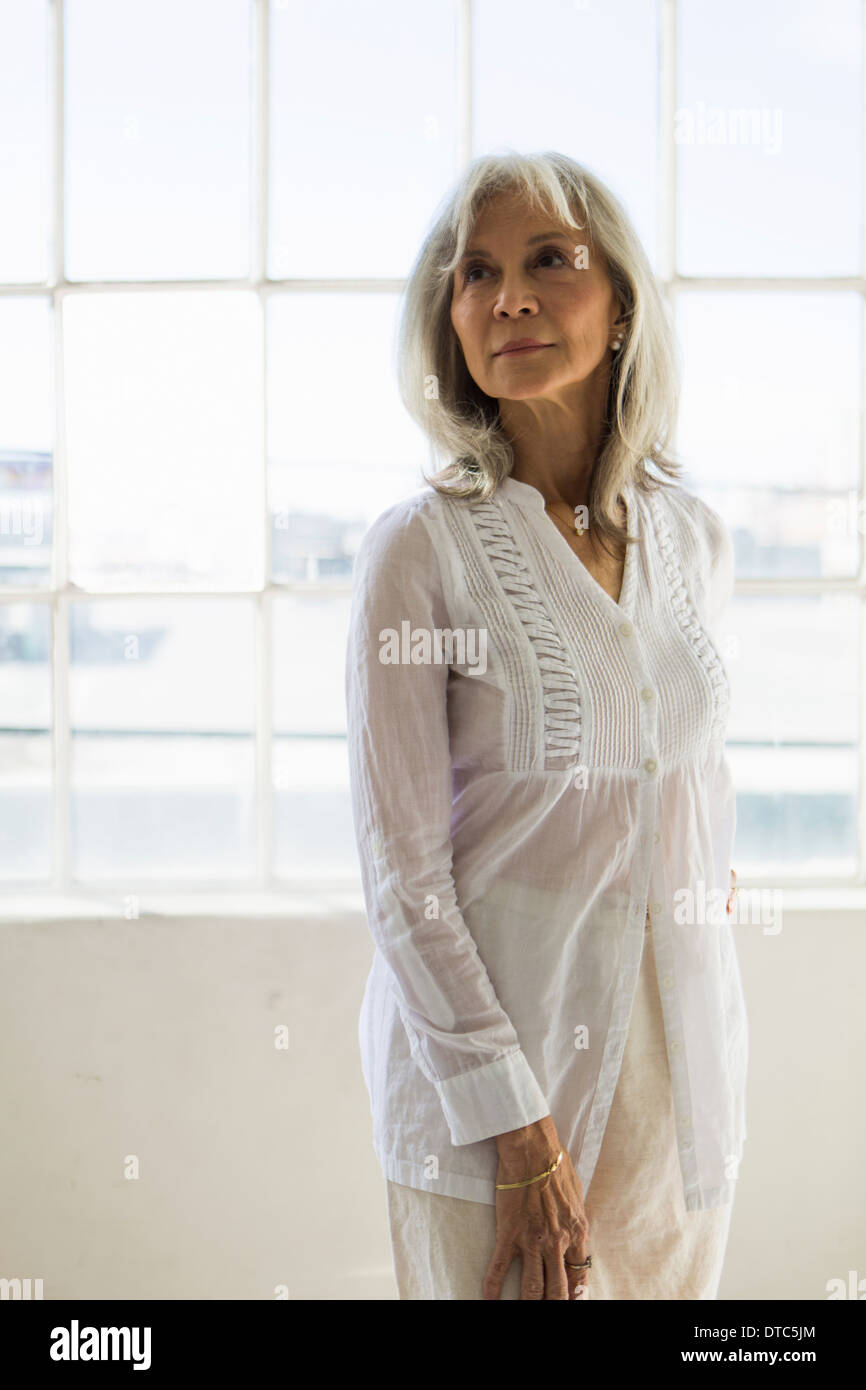 Retrato de mujer de más edad en el apartamento Imagen De Stock