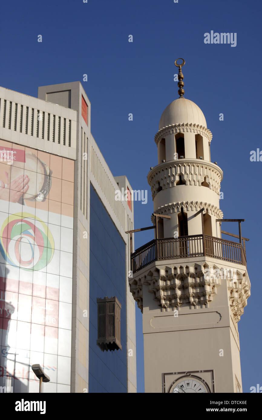 Al minarete de la Mezquita Yateem, junto al edificio de Batelco, Manama, Reino de Bahréin Imagen De Stock
