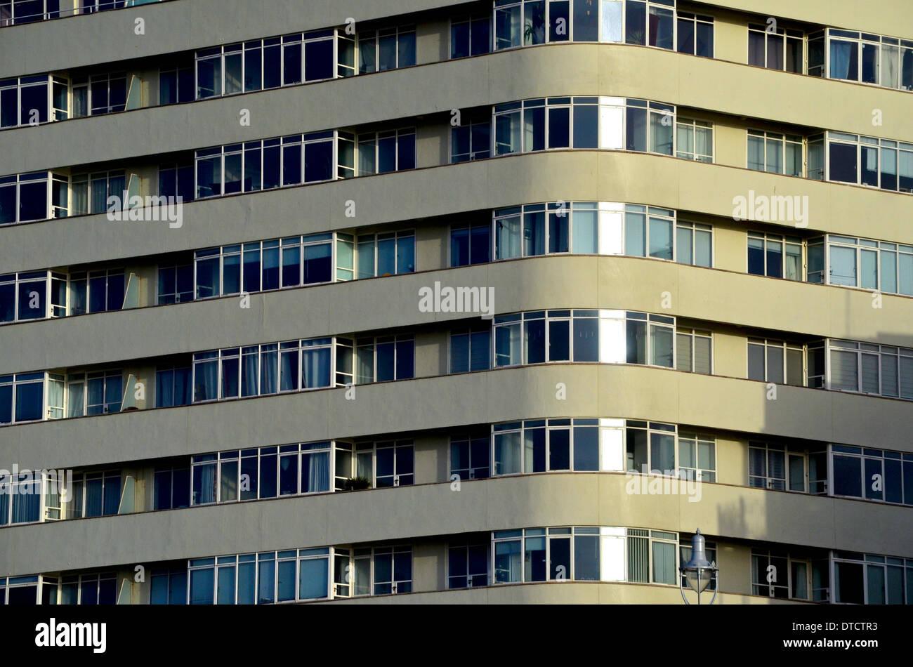 Corte de la embajada hove brighton pozos arquitecto modernista de coates brutalist pisos apartamentos ventanas doble Foto de stock