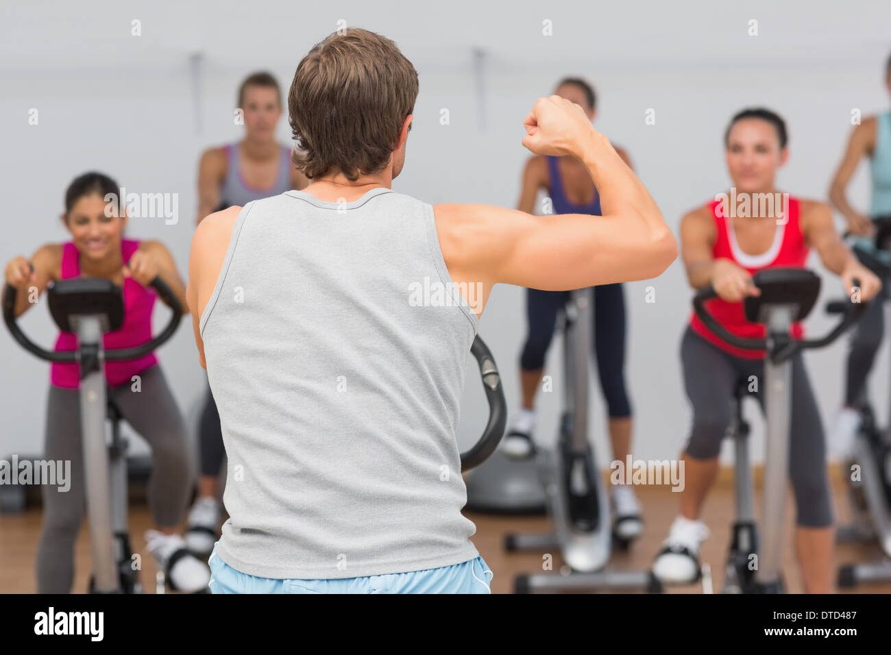 Fitness trainer y clase a clase de spinning Imagen De Stock