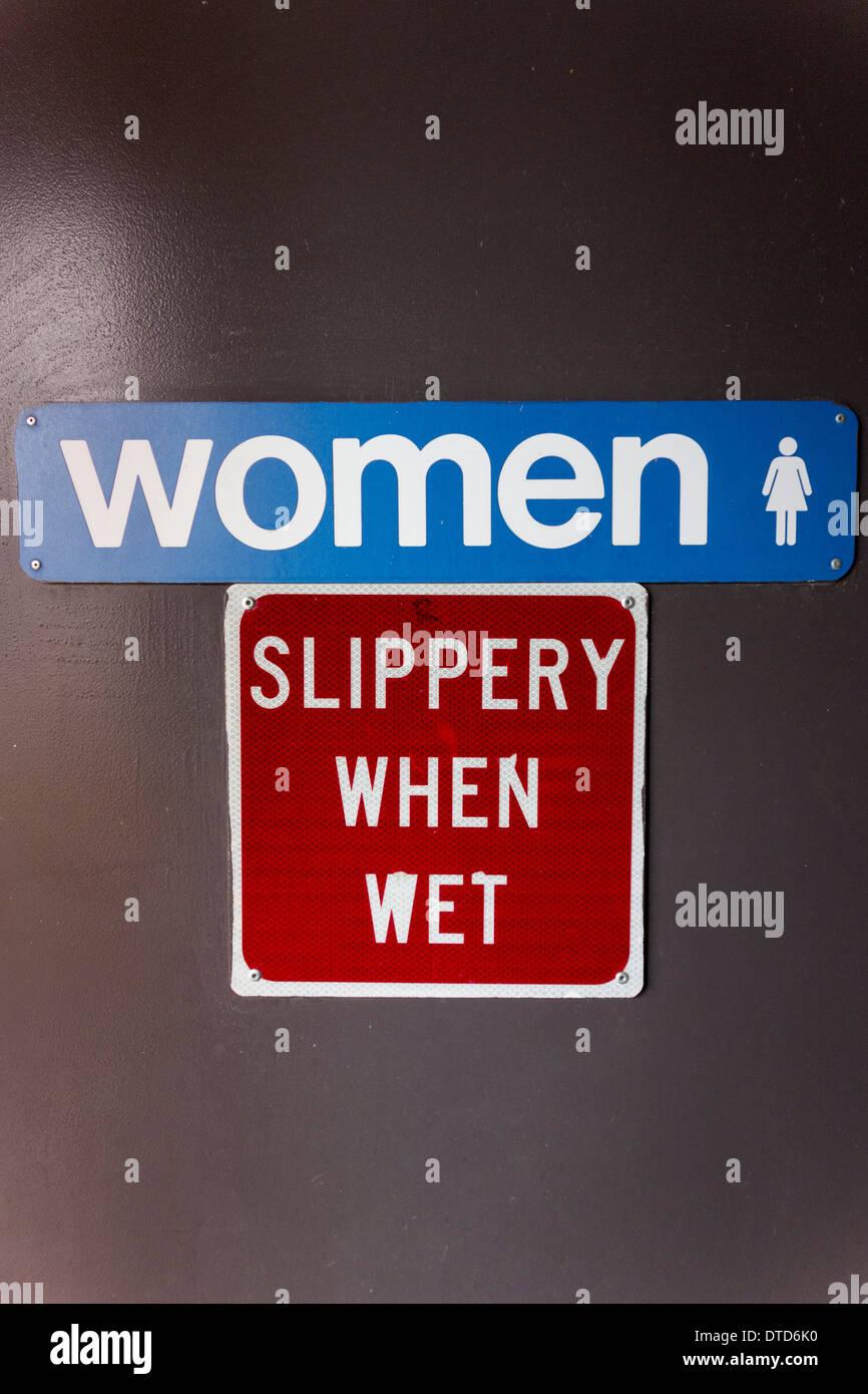 Las mujeres slippery when wet signo, aseos públicos, parada de descanso, Snoqualmie, Estado de Washington, EE.UU. Imagen De Stock
