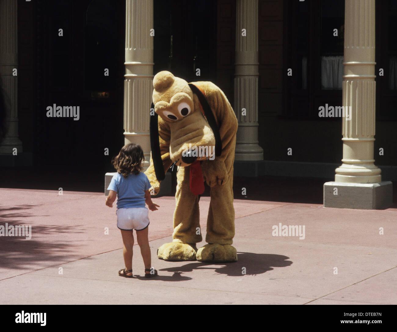 Niño cumple con Walt Disney Character Goofy en Disney World, Orlando USA 1981 Foto de stock