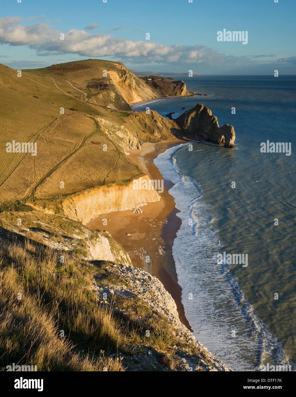 Fabulosa vista al este desde Swyre cabeza abajo para Durdle Door, Dungy Hambury Tout y cabeza, Dorset, Reino Unido Foto de stock
