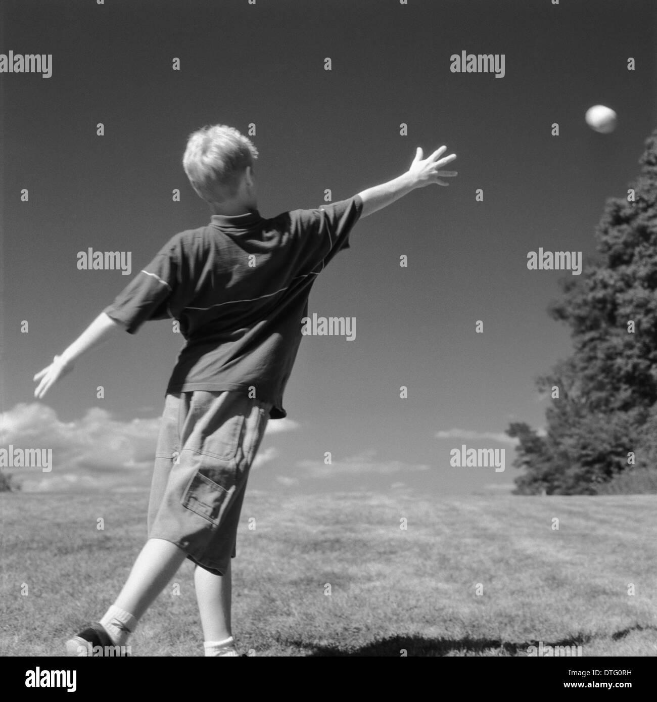 Chico lanzando el softbol en el Crane's Beach, Ipswich, MA. AKA lanzando la luna Foto de stock