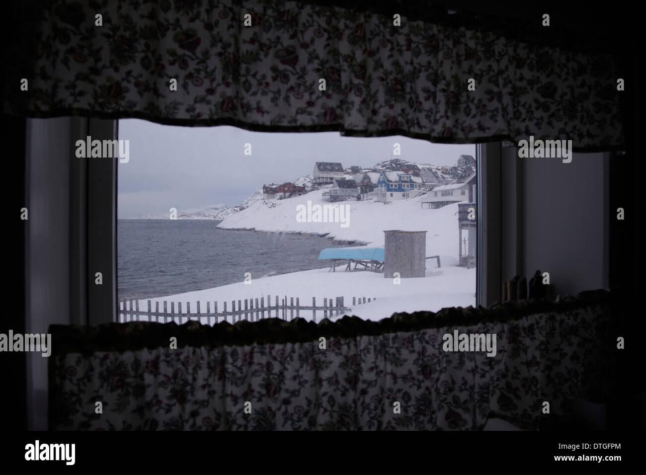 Vista desde una casa cerca del mar en la ciudad de Nuuk. Groenlandia Foto de stock